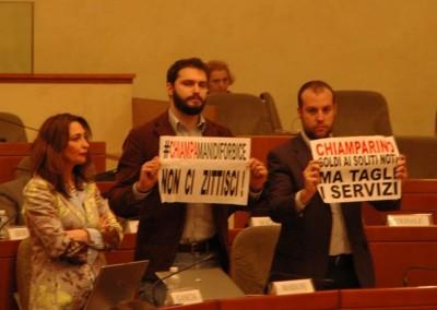 Protesta in aula durante la discussione sul bilancio di previsione per l'anno 2015